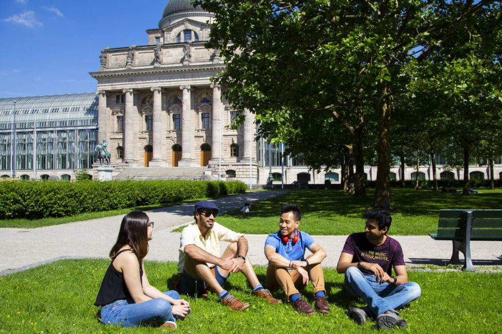 EU Munich students enjoying a sunny day in the park